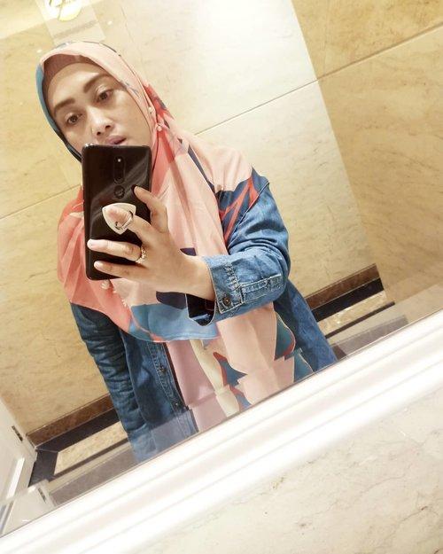 Kangen posting #mirrorselfies #sokiye gini dah 😅😆 #alhamdulillah😇 dikasih kesibukan berentet, semoga Allah ridho dan bisa jadi berkah juga 🙏🏻 Shawl @ra_info 💕 #oppof11pro #oppoindonesia #clozetteid #andiyaniachmad #hijaboftheday #sentiasabersyukur #semogaberkah