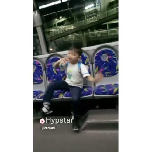 Kelakuan #darelladhibrata yang kegirangan naik bus Trans Jakarta setelah sekian tahun absent 😆 trus kepikiran buat ikutan #MintaDiHypstar @hypstar.indonesia @hypstar.generation kali aja kan ye jadi yang beruntung 😍💞 #hypstarsquad ##hypstarindonesia #clozetteid #video #indovidgram #hypstar #kids #kidsofinstagram #kelakuanbocah #videolucu #stylediary #hypstarapp #videohypstar #andiyaniachmad