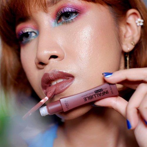 Seheboh apapun eyeshadowku, netijen akan tetap bertanya: KAK, LIPSTICKNYA APA? --- Aku memaklumi kok. Aku paham bahwa skill eye makeup kalian itu pas2an dan lebih suka pakai lipstick saja. Tapi karena aku baik hati, akan kubocorkan lipstick soklat nan apick di foto ini 😌 --- Aku pakai @lorealindonesia Infallible Pro Matte Liquid Lipstick shade 352 (Shake Down) --- #makeupreview #fotdindo #faceoftheday #clozetteid #bloggerindonesia #bloggerperempuan #makeupindo #lorealinfallible #indobeautybloger