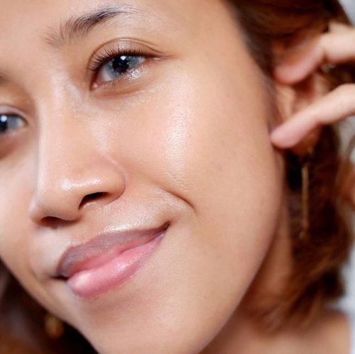 Tips merawat kulit berminyak dan acne prone 💆♀️ --- 💋 Rajin membersihkan muka pagi dan malam hari. Pagi bisa pakai face wash aja, kalau malam wajib double cleansing 💋 Jangan keseringan memakai produk yang sifatnya mengeksfoliasi kulit, apalagi pas ada jerawat 💋 Rajin pakai hydrating toner. Jika kulit dehidrasi, maka akan mengeluarkan minyak lebih banyak lagi. Ketika kulit terhidrasi dengan baik, minyak bakal lebih terkontrol 💋 Jangan lupa pakai pelembab, tsay! Cari yang teksturnya ringan dan cepat meresap. Tekstur gel paling oke sih, tapi tergantung produknya juga 💋 Kurangi makanan berminyak dan GULA. Dek Mon kalau lagi kebanyakan gula, selain jadi nggak bisa diem, jadi jerawatan juga 😆 --- #beauty #clozetteid #beautybloggerindonesia #jogjabloggirls #bloggerjogja #makeup #skincareroutine