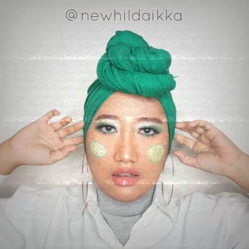 Kalo kamu adalah semangkuk soto, maka aku yang jadi jeruk nipisnya. Eaaaa 😜.Aku dandan begini kok rasanya kayak mau manggung di Indonesian Idol ya. *ditabok yang baca* 🤣🤣.#ClozetteID #hijab #makeup #beautygram #IVGbeauty #indobeautygram #HildaIkkaDandan #GreenMakeup #greenmakeuplook #artmakeup #limemakeup #hijabmakeup #hijabbeauties #beautycontentcreator #tiktok #tiktokinspired