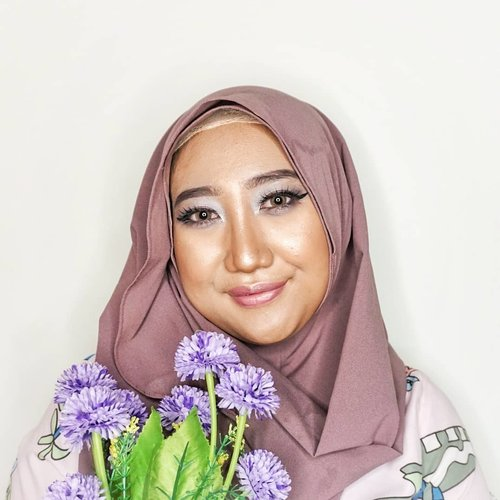 "Lagi mood main makeup dan eksperimen esedo. Jadilah tema ungu-pink-biru. 🦄.""Purple Glow Makeup✨"".FACE• @makeoverid Corrective Base Makeup (Cyan)• @maybelline Baby Skin Pore Eraser• @lagirlindonesia Pro Conceal (Orange, Green)• @maybelline Fit Me Matte Poreless Foundation• @maybelline Fit Me Concealer• @pondsindonesia BB Powder• @ltpro_official Shade & Tint Kit (02)• @pixycosmetics Blush On - Innocent Pink (01)• @wetnwildbeauty Highlighting Megaglo Powder (Golden Flower Crown).EYES + BROWS• @fanbocosmetics Eyebrow Pencil (Dark Brown)• @abbamart_official Belleme Concealer• @eminacosmetics Pop Rouge Eyeshadow (purple)• @wardahbeauty Eyeshadow (red, blue)• @purbasarimakeupid Pen Eyeliner• @silkygirl_id Funky Frosty Eyeliner.LIPS• @silkygirl_id Lip Liner• @wardahbeauty Intense Matte Lipstick (Blushing Nude)• @wardahbeauty Lip Gloss• di tap2 pakai eyeshadow ungu juga.#ClozetteID #Makeup #DiaryBeautyHilda #MakeupLookHilda #Beauty #Hijabee #Beautygram #BeautyBlogger"
