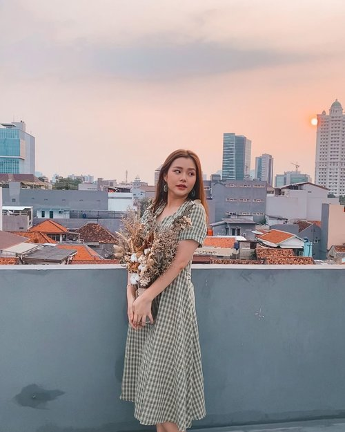 Happy weekend! Enjoy your day⛅️ . . . . . #weekend #weekendvibes #sunset #warm #photography #photooftheday #clozetteid #pastel #jakarta #skycraper #driedflowers #koreanfashion