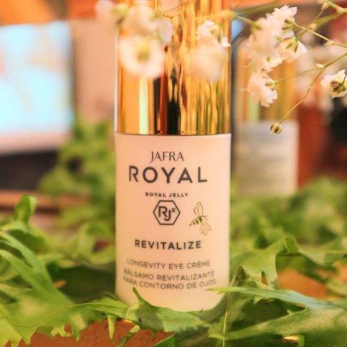 Trying this new one, Jafra Royal Revitalize-LONGEVITY EYE CRÈME 💕..Salah satu produk terbaru dari @jafra_id , merupakan rangkaian dari Jafra Royal Revitalize dengan teknologi Royal Jelly RJx.First impression pas dicoba di punggung tangan cukup menggoda, lembap dan ada sensasi dingin yang dirasakan dari penggunaan produk ini. Kebayang kan kalau dipakai di area mata 😋....#BestVersionOfYou #JafraIndonesia #RoyalJellyExpert #clozetteid #RJxTechnology #JafraCosmetics #EyeCream #RoyalRevitalize #QueenBee #jakarta #productlauching #instatoday #instadaily #hellobeauty #young