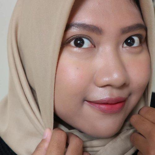 Closed up 🤣. Makeup simple kali hanya bermodalkan Rp100.000 saja. Ada yang bisa tebak produk yang ku pake? ...Hijab by @hel.ai.an (Anya Signature Voal - Khaki)#clozetteid