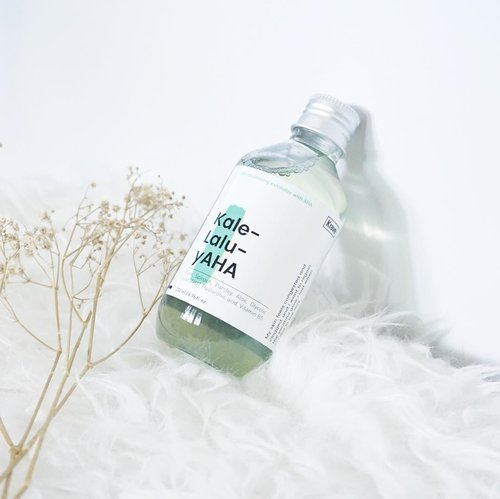 Kale-Lalu-yAHAthis is a skin resurfacing exfoliator with AHA (Alpha Hydroxy Acid)⚡️...Key Ingredient : Hyaluronic acid, glycolic acid, kale, spinach, parsley and vitamin b5. ..You know it's a hyluronic acid is good for replenishing hydration as well and AHA it's good for skin with big pore's like me because they're actually a really gentle chemical exfoliant ✨...When i first tried this product, I didn't feel any tingling, no redness, no burning just nothing but i can feel it working well on my skin then i apply moisturizer, the next morning i wake up with glowy and fresh skin 😭😍✨...Krave Beauty did an amazing job at formulating 🤩@kravebeauty #kravebeauty #kalelaluyaha #pmskincare #pmskincareroutine #abbeatthealgorithm #abcommunity #rasianskincare #beautycounter #skincareroutine #kbeautyblog #skincarejunkie #koreanskincareroutine #iloveskincare #skincareblogger #skincarecommunity #skincareaddict #skincareblog #kbeautyaddict #kbeautyblogger #kbeautyskincare #beautycommunity #skincare365 #skincaredaily #clozetteid