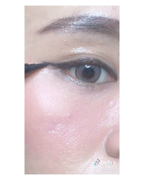 Wet makeup look ✨• PRODUCT MENTION :@dearmebeauty Clear Gloss - Crystal@gobancosmetics - Eyeliner...#ibs #bdgbb #tampilcantik #tutorialmakeupnatural #tutorialmakeup #tipskecantikan #ragamkecantikan #clozetteid