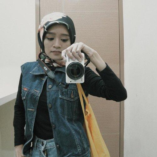 Outfit ala anak motor tapi sebenarnya bukan anak motor, sebenarnya aku anak emol yang ngaku-ngaku anak motor 🤪🤣 *caption aneh...#clozetteid #ootdfashion #ootd #ootdindo #ootdhijabwanitacantik #ootdhijabindonesia #vscofilter