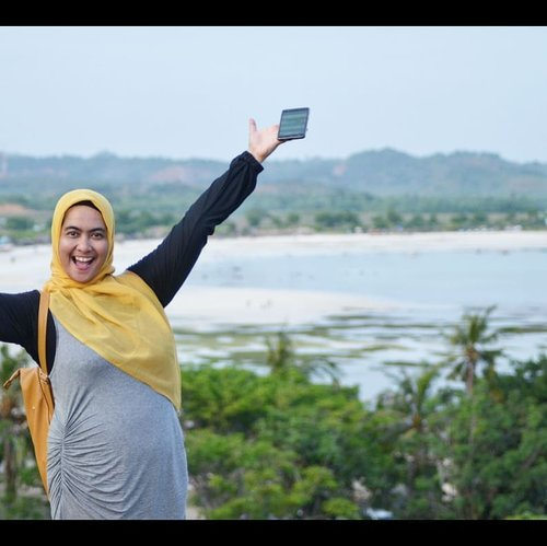 #ZenFoneZoomS_ID in my hand.Photo taken by @eltonsatrianto Location : Bukit Merese berlatar Pantai Tanjung Aan, Lombok, Indonesia.www.tamasyaku.com#JelangAkhirPekan #TGIF #traveler #traveling #CeritaManda #OOTD #clozetteID