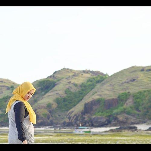 Di postingan sebelumnya,#photographer nya kuwi pancen, giliran nengok senyum, kok ya ndilalahnya ekspresinya nggak dapet. Giliran nunduk ngamatin duit 2,000 atau 20,000 yang gogrok, malah kejepret dan sukak anglenya.Sebenarnya foto itu yang bagus latarnya, aura #TanjungAan dan #BukitMerese itu membuat siapapun yang berfoto di sini terpancar auranya.Indonesia itu alamnya cantik banget! 📷 @eltonsatrianto#ExploreLombok #WisataLombok #CeritaManda #TamasyakuDotCom #LombokIsland #PulauLombok #UniversitasKehidupan #ClozetteID
