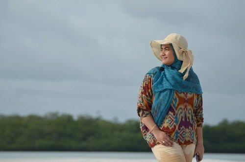 Waktu cepat sekali berlalu, satu minggu telah berlalu, namun rasanya seperti baru kemarin.  Lokasi : Pulau Pasir Burung aka Pulau Pasir Timbul, Belitung  Trip was organized by @totoleebongocta @leebongisland @picniqtourbelitung  @darmawan_zou | www.muliarentalgroup.com  Foto-foto jepretan panda @eltonsatrianto yang baru saja dibongkar dari folder. Senangnyaaa. 😍😍 #WonderfulIndonesia #PesonaIndonesia #PulauBelitung #BelitungIsland #LeebongIsland #PulauLeebong #TravelBlogger #Traveler #Pantai #PasirPutih #IndTravel #triptoBelitung #WisataBelitung #VisitBelitung #candid #fotografi #photography #humaninterest #nikon #clozetteID #hijabers #hijabtraveler #OOTD #hijabOOTD #indonesiahijabers #clozetter