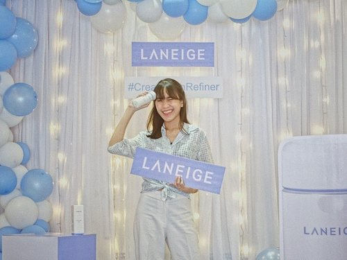 Waktu itu di event launching produk terbarunya @laneigeid yaitu Cream Skin Refiner. Skin care yang menggabungkan moisturizer (cream) dan toner dalam satu produk. Jadi bisa mengurangi beberapa tahapan skincare. Teksturnya ringan, ga lengket, cepat menyerap dan membuat kulit jadi beneran lembab. Menyengangkan ya ada skincare seperti ini 💙#ClozetteIDxLaneige #LaneigeIndonesia #CreamSkinRefiner #ClozetteID