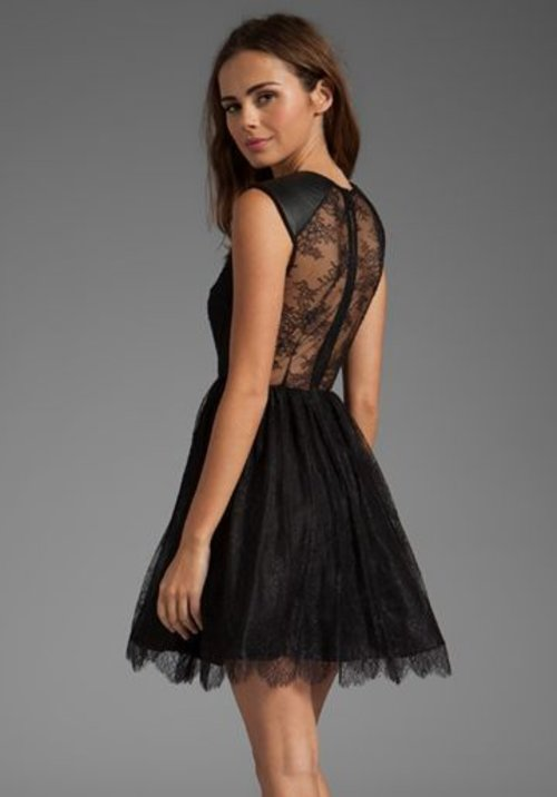 Really love the back part. It's a see-through floral lace. Makes you looks sweet & sexy at the same time <3