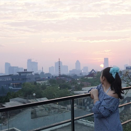 Here comes the sun 🔆Cloudy Scrunchie from @les.celle #sundayvibes #sunrise #rooftop #staycation #ClozetteID #tiaranabstaycation