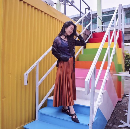 """<div class=""""photoCaption"""">I may looked calm 🌱 on the outside, but you have no idea the chaos that sometimes exist inside. Anyway, since i haven't told you guys where is it, I'm going to tell you now. Its at @mkglapiazza food street festival ! These rainbow stairs are just too cute right 😆🌈✨<br /> .<br /> .<br /> Wearing @zaloraid leather jacket, @pomelofashion maxi skirt and @watt.walkthetalk pointy shoes via @thefthingworld<br />  <a class=""""pink-url"""" target=""""_blank"""" href=""""http://m.id.clozette.co/search/query?term=zalorastyleedit&siteseach=Submit"""">#zalorastyleedit</a>  <a class=""""pink-url"""" target=""""_blank"""" href=""""http://m.id.clozette.co/search/query?term=clozetteid&siteseach=Submit"""">#clozetteid</a>  <a class=""""pink-url"""" target=""""_blank"""" href=""""http://m.id.clozette.co/search/query?term=clozette&siteseach=Submit"""">#clozette</a>  <a class=""""pink-url"""" target=""""_blank"""" href=""""http://m.id.clozette.co/search/query?term=itselvinaaootd&siteseach=Submit"""">#itselvinaaootd</a></div>"""