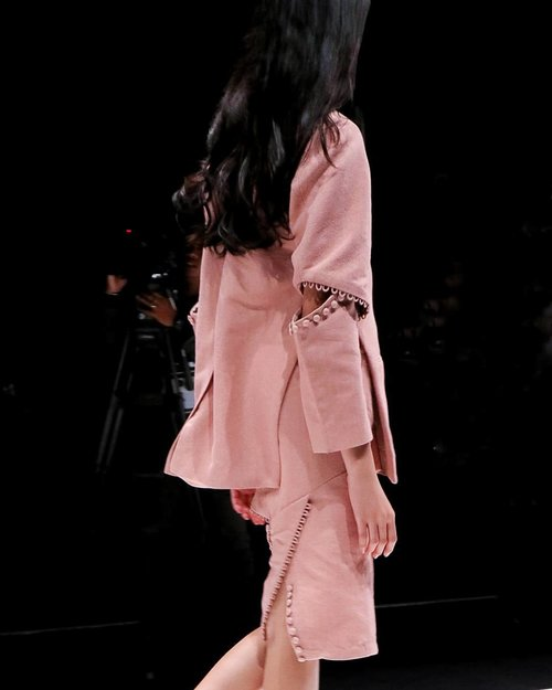 Post a little throwback in my instastories about #jfw2018 . Its so fun to attend and write about these amazing runway, not to mention contribute to JakartaFashionWeek.com ❤️ . . Are you interested to take part in this year #JakartaFashionWeek ? Want to become the next #jfwofficialblogger , vlogger or photographer ? Visit @jfwofficial Instagram for more details. Believe me, you don't want to missed this chance.