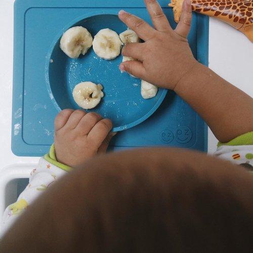 Nara lovee bananas for breaky! 🙌🏻Selain itu Masnar juga selalu gemes sama Mini Bowl dari @ezpzindo yang kita dapetin dari dalam goody bag birthday bash @bcaug17 wuhuuuu makasih ya EZPZ! Gak lupa selalu momi bawa kemana2 karena ada Mini Bowl Bag yang bisa dicuci dan dibersihin juga 👏🏻 #ONEderfulbirthdaybash #bcaug17 #augustroop #birthclub #birthclub2017......#babystuff #instadaily #babies #mommylife #clozetteid #vco #thatsdarling #flatlaystyle #flatlaytoday