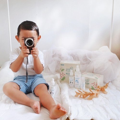Seneng banget ih ketemu Multi Purpose Sanitizer dari @vitaflow.baby ini. Cocok banget ada di rumah untuk yang punya anak kecil dan baby!-Selain aman karena berbahan dasar air dengan bahan-bahan natural, ini juga alcohol & paraben free. Bisa digunakan untuk bersihin tangan, mainan, alat makan, botol susu, dan juga gadget mami & ayah hahahaha asik sih bisa dipake anak dan orang tua sekaligus deh.-Oh iya lebih enak lagi kalo pakainya di semprotin di dry tissuenya Vita Flow. Pas deh 👌🏻-#Vitaflow #babysanitizer #watersanitizer