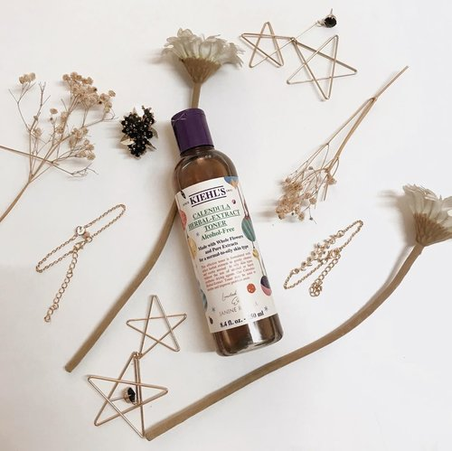 Duh secinta itu jujur sama Calendula Herbal Extract Toner dari @kiehlsid ini. Honest review ada di blog yaah. Link ada di bio tap tap yang penasaran!-Cuma mau bilang gu suka banget sama baunya dan yg bikin sensasinya fresh ada extract bunganya. Btw this cute and festive packaging is the holiday version for 2019 featuring helsinski designer @janinerewell -#Clozetteid #Kiehlsid #KiehlsHoliday #ClozetteidReview #ClozetteidxKiehls