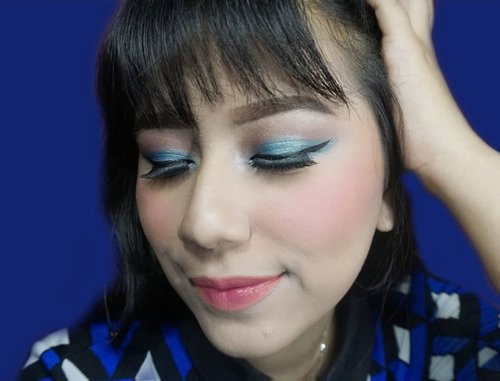 Heylo.. Udah Hari Jumat aja, perasaan kemarin baru hari senin deh.. Ada yang ngerasa waktu terasa cepat ngga sih?? 🌼Btw Kangen juga aku main2 sama eyeshadow gonjreng #blue 👤#YossiMakeupProduk detail :@studiomakeupid eyeshadow Single blue (lupa shade nya apa)@makeoverid ultra cover liquid shade 02 Pink shade@makeoverid compact cover two Way cake  shade 05 Cinnamon@makeoverid Single Blush On shade 10 Passion Pink@purbasarimakeupid pensil alis shade Brown@lakmemakeup Absolute Precision Liquid Liner Black@eminacosmetics Lip Cushion Let it Peach dan Be Cherry@thebodyshopindo Lip Gloss Shine Lip Liquid shade Apple Taffy#BeautyBloggerIndonesia #beautybloggerjakarta#ClozetteID