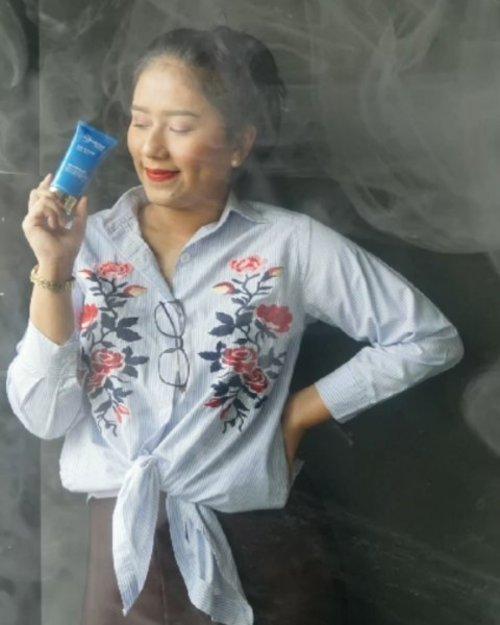 "Beberapa hari yg lalu aku mengadiri acara @beautyjournal dan Bio Essence yang akhirnya mengubah Logo nya menjadi Bio Essence Bio Energy Complex , yang pastinya memiliki formula/kandungan yang lebih baik untuk memanjakan kaum wanita mandjah ya kaan 💞💞.. @bioessenceid memiliki banyak sekali rangkaian skincare , yang sesuai dengan kondisi kulit wanita indonesia. Salah satu rangkaian yang cocok buat ibu2 muda kaya aku, yang kendalanya di anti aging .  Bio RENEW ;  Core Benefit: . 💙 Advanced Anti-aging for renewed youthful skin Active Ingredient:. 💙 Various active ingredients Range Proposition:. 💙 Advanced anti-aging benefits such as dead skin removal, anti- wrinkles, anti-yellowing of skin, etc.  Nah, selain itu acara keseruannya ada banyak. Yaitu merangkai bunga, melukis, merangkai lilin, merangkai cup cake dan yg paling ditunggu-tunggu adalah Shoping Race . Dalam 20 menit aku harus menghabiskan voucher 1 juta belanja di @guardian_id . Buat yang nonton story aku di highlight "" BioEssence"" pasti penasaran kan aku belanja apa aja ? Ditunggu updatenya di blog aku yah 💞. . . . . . #Bioessenceid #bioessencexbeautyjournal #Bioenergycomplex #BeautyJournal #likeforlikes #like4likes #likeforfollow #like4likes #likeforlikeback #photooftheday #fff #beautyblogger #indobeautygram #bblogger #asianblogger #bbloggers  #YossiMakeup #ClozetteID #Indobeautysquad  #Selebgram #Beautynesiamember  #BloggerMafia #BeautyBloggerIndonesia #beautyblogger  #tampilcantik #blogger"