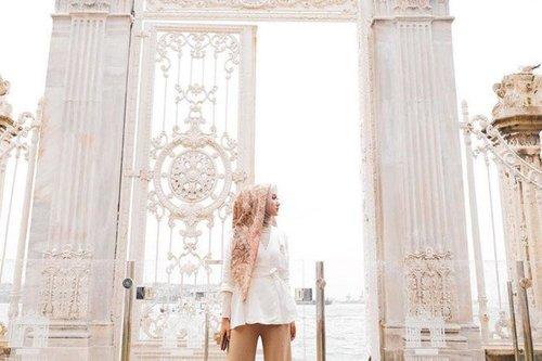 10 Potret Selebgram Berhijab Pakai Baju Putih Modis