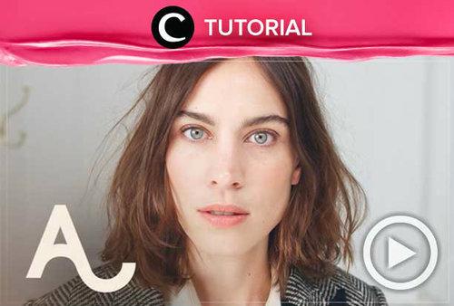 Ingin terlihat berwibawa dan effortless? Coba tiru makeup ala Alexa Chung ini: http://bit.ly/2wvpADN. Video ini di-share kembali oleh Clozetter @salsawibowo. Yuk, lihat tutorial updates lainnya di Tutorial Section.