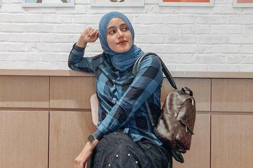 Mudah Ditiru, Gaya Outfit Monokrom Fairuz A Rafiq di Rumah