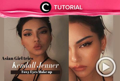 Tampilan makeup foxy eyes ala Kendall Jenner bisa kamu tiru meskipun bentuk mata kalian berbeda. Intip tutorialnya di: http://bit.ly/39B9J9M. Video ini di-share kembali oleh Clozetter @salsawibowo. Lihat juga tutorial lainnya di Tutorial Section.