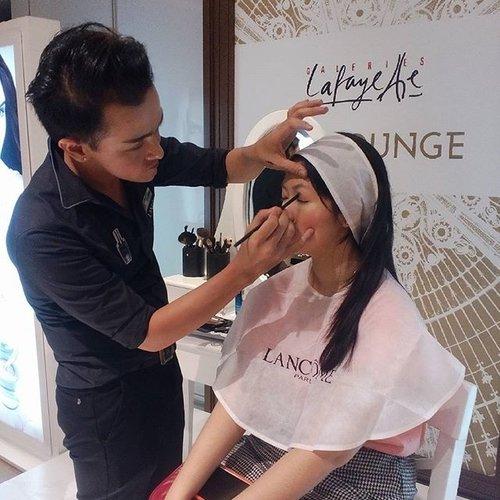 The Makeup Expert dari @lancomeid @cendykobayashie sedang memberikan contoh kepada para peserta beauty class untuk menciptakan makeup eye yang cocok untuk rosy dewy look #clozetteid #clozettexlancome #lancomecushionista #lancomexclozette #beauty #makeup #cushiononthego