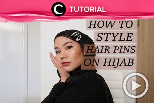 Ingin tampilan hijabmu lebih ceria? Kamu bisa menyisipkan hair pin seperti ini, Clozetters: https://bit.ly/32AKK49. Video ini di-share kembali oleh Clozetter @saniaalatas. Intip juga tutorial menarik lainnya di Tutorial Section.