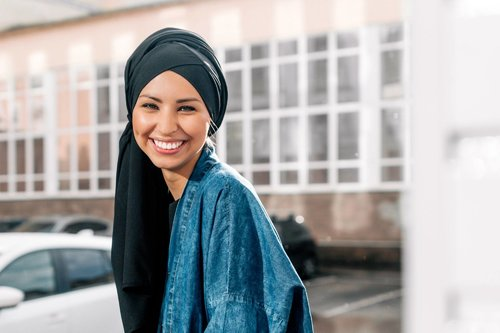 Trik Memilih Warna Jilbab Sesuai Warna Kulit, Coba Yuk!