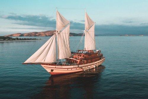 Menjelajah Pulau Komodo dan Raja Ampat Dengan Keanggunan Kapal Pinisi