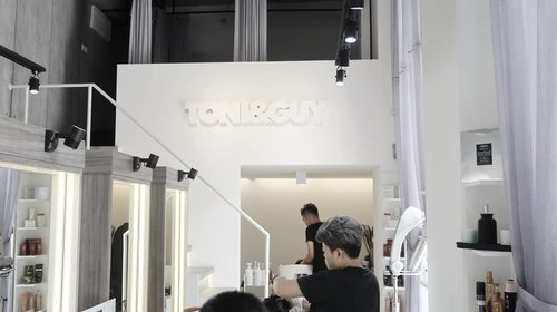 Want to have a new look to welcome 2018 or you just want to give yourself a self-pampering treatment to close this year?  We happily announce that TONI&GUY has opened a new branch in Colony 6 Kemang.  #clozettecrew have tried the @kerastase_official treatment there and we absolutely love it!  To mark the opening of @toniandguykemang, they have a special discount up to 50% for various services until 31 December 2017. #ClozetteID #Beauty #HairTreatment