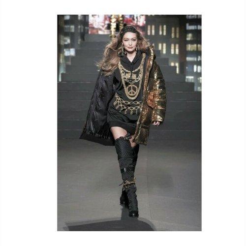 Kolaborasi Moschino x H&M menyuguhkan karya segar dari celebrity designer, Jeremy Scott. Pergelaran busana kali ini merangkum semua hal yang dapat kita harapkan dari seorang Scott. Dari design kartun yang dipadankan dengan street vibe hingga gaya hip-hop yang penuh dengan bling-bling. #ClozetteID