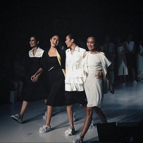Jika selama ini kamu hanya bisa menyaksikan kontestan Asia's Next Top Model dari televisi, maka kini kamu bisa merasakan jalan bersama mereka di catwalk melalui @TRESemmeID The Runway 2015! Segera daftarkan dirimu di http://bit.ly/cidtresemme atau klik langsung link pada bio Instagram kami.  Courtesy: @Ganegani #ClozetteID #Runway #TeamGani #AsiasNextTopModel #AsiaNextTopModel #TresemmeIndonesia #Runway #Catwalk #FashionDaily #FashionPeople