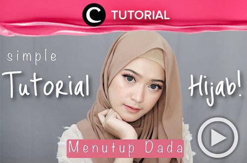 "<div class=""photoCaption"">Tetap stylish dengan hijab yang menutup dada. Klik link berikut untuk tonton tutorialnya: <a href=""http://bit.ly/2TAiN98"" class=""pink-url""  target=""_blank""  rel=""nofollow"" title=""http://bit.ly/2TAiN98"">http://bit.ly/2TAiN98</a> . Video ini di-share kembali oleh Clozetter @aquagurl. Intip video tutorial lainnya di Tutorial Section.</div>"