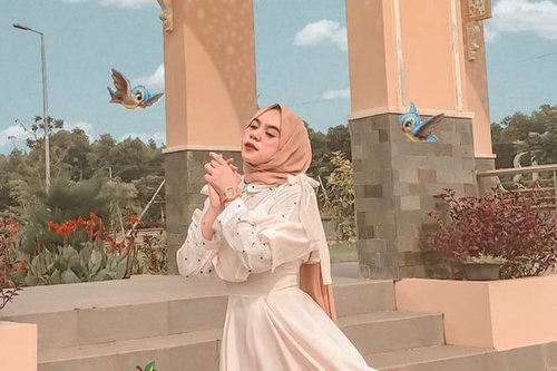 """<div class=""""photoCaption"""">Inspirasi Dress Cantik untuk Bulan Ramadhan </div>"""
