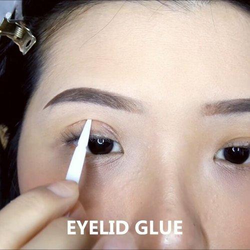 Mata sipit dapat diakali dengan cara membuat lipatan kelopak mata ganda.Clozette Crew telah menyiapkan 3 cara membuat double eyelid untuk mata sipit/monolid.Tidak perlu oplas, kelopak mata gandamu bisa jadi semi-permanen atau bahkan permanen lho. Caranya mudah, hanya dengan menggunakan eyelid tape setiap hari dengan rajin selama 1-3 bulan. Nantinya akan terbentuk garis lipatan baru pada kelopak matamu. Selamat mencoba & semoga berhasil!1) Regular Eyelid TapePilih yang berbahan lentur dan tidak terlalu tebal agar mudah digunakan namun tetap nyaman serta tidak mengganjal. Tipe ini memiliki beberapa warna, ada yang bening, sewarna kulit & hitam. Untuk hasil paling natural disarankan untuk memakai yang berwarna bening.2) Lace Eyelid TapeTipe ini populer untuk hasilnya yang alami, hampir seperti tidak mengenakan eyelid tape sama sekali. Tidak terasa mengganjal & nyaman dipakai seharian.3) Eyelid GlueCara yang ke tiga adalah dengan menggunakan lem khusus membuat lipatan mata. Berbeda dengan 2 jenis sebelumnya, cara kerja eyelid glue adalah dengan menempelkan kelopak mata yang telah diolesi lem agar menyatu sehingga terbentuk lipatan.#ClozetteID #tutorialbyclozetteid #eyetutorial #eyelidtape