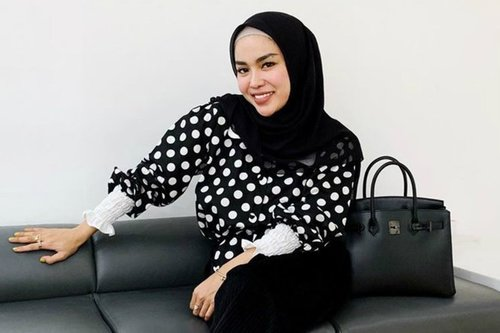 Modis dan Berkelas, Gaya Hijab Medina Zein Usai Melahirkan