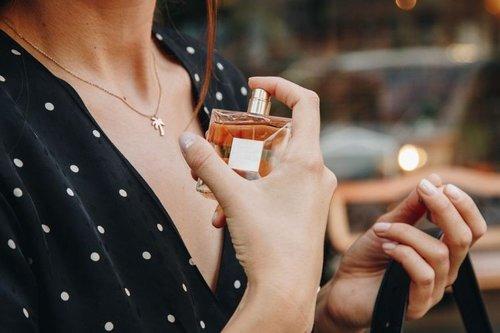 7 Merk Parfum Perempuan Terbaik yang Tahan Lama