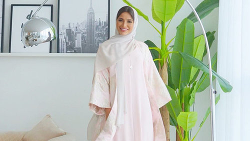 """<div class=""""photoCaption"""">Fashion Bloggers Show How You Can Style Abayas and Kaftans for Ramadan</div>"""
