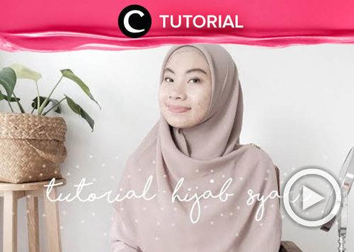 Tutorial menggunakan hijab syar'i yang simpel menggunakan square hijab: https://bit.ly/3qufqOv. Video ini di-share kembali oleh Clozetter @saniaalatas. Intip juga tutorial lainnya di Tutorial Section.