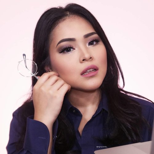 """My signature look using """"The IT Girl - Office Glam Kit """" from @makeoverid .  Product used: 📌Eyeshadow, compact powder, blushon from The IT GIRL by @makeoverid 📌Lipstick Matte Petite from @makeoverid  AWW I'M IN LOVE!!! Thankyou @lykeofficial @makeoverid . . Show me some love if you like this look💓💓💓 Kiss kisss💋💋💋 . . #LYKExMAKEOVER #LYKEAmbassador #OfficeGlamKit #ColorItMyWay #MakeOverID #indobeautygram #indovidgram #ivgbeauty #beautyguru #eyeshadow #lovemakeup #makeupclips #makeuptips #tampilcantik #universalhairandmakeup #makeupjunkie #makeuplover #underatedglams #makeupwithregina #bloggermafia #fdbeauty #clozetteid"""