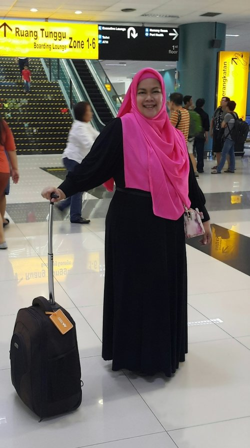 Travel in Style with Black Dress and Shocking Pink pashmina from @zayani.butiq... Love it!!!#clozetteid #CIDSignatureStyle #fashionblogger #ootd #hotd