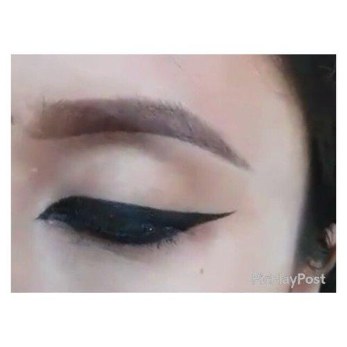 ❤❤Mini tutorial : simple arabic eye liner❤❤ . . Tag temen kamu yang suka tipe eyeliner seperti ini yaa... . . #arabicmakeup #arabiceyeliner #arabiceye #makeuptutorial #eyelinertutorial #dramaticeyeliner #makeupbyan #pangandaran #MuaPangandaran #makeupbyan #vegas_nay #maya_mia_y #mayamiamakeup #dressyourface #lookamillion #maryammaquillage #hudabeauty #neztheartist #zukreat #clozetteID #makeup #beauty #landofmakeup #theamazingworldofj #makeupbychristiaa #makeupwithammy #rfadai #wakeupandmakeup #universodamaquiagem_oficial #hudabeauty
