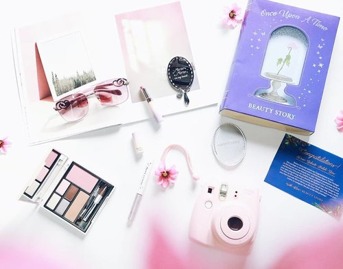 """Beauty Story adalah brand kosmetik asal Indonesia yang populer karena membuat produk-produk kosmetik yang eyecatching seperti """"once upon a time package"""" ini. Terdiri dari eyeshadow palette, eyeliner color, lip color dan juga satu buah cermin 💛💛💛 #beautystory #beautystoryid #clozetteid #makeup #tribepost #bdgbeautyblogger"""