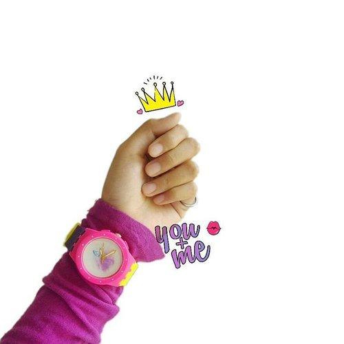 • Dulu pernah lihat orang pakai jam tangan yang talinya warna warni dan ada foto dia gitu. Iri banget! Penasaran dia beli di mana tapi  saat saya mau tanya, dia keburu turun dari angkot (iya, dulu mah saya masih rajin naik-turun angkot) 😐 .  Alhamdulillah, sekarang saya punya juga jam seperti itu 😍 . Pesan jam tangan di @chipps_watch ini bisa custom mau tali warna apa, pakai foto apa, dan nunggunya tidak sampai seminggu, lho. Pesan Senin, hari Kamis sudah sampai rumah. Dan hati-hati kalau buka profile @chipps_watch ya. Bahaya kabita, banyak model jam tangan yang bagus bahkan ada jam couple juga, tuh. Silakan, yang lagi butuh jam tangan ⌚ bisa beli di @chipps_watch .  #RekomendasiUniDzalika #JamTangan #JamTanganCustom #bblog #clozetteid #fashion #fashionable #fashionblogger