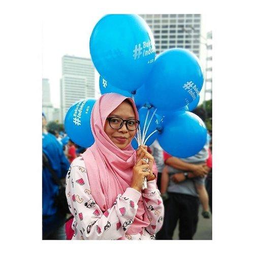 ⚫ Ini pertama kalinya saya mengikuti CFD di Jakarta. Jalan sehat saya kali ini, sekaligus mengikuti kampanye sosialiasi membaca untuk masyarakat Indonesia, bersama BCA.  Seru banget karena animo masyarakat terhadap acara ini ternyata sangat besar. Lalu, berada di tengah-tengah mereka yang begitu semangat menyebarkan minat baca, saya pun jadi makin semangat untuk menumbuhkan minat baca anak-anak Indonesia. Yuk!  Oh, ya. Balon ini punya bocah yang pada CDF, yang dengan sukarela mau meminjamkan ke saya untuk keperluan properti.  #bukuuntukindonesia #BCA #BaktiBCA #ClozetteID #fashion #fashionblogger