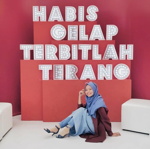 •Setiap kali saya lelah dan ingin berhenti menulis, atau ketika saya merasa rendah diri dan mau menyerah dalam dunia tulis menulis, saya akan berkaca pada kisah Ibu Kartini.Hobi beliau awalnya bukan menulis, tapi membaca. Lalu menulis untuk mengabarkan pada dunia tentang segala hal. Lalu jadi terbiasa menulis, lalu terus menulis. Dan tetap membaca. Kemudian menulis lagi.Saat ini, beberapa #KartiniMasaKini menjelma sebagai blogger. Banyak #bloggerperempuan yang hebat dan selalu semangat berbagi melalui tulisan.Saya ingin tetap menjadi bagian di antaranya. Dan semoga, kamu juga tidak menyerah mengejar impianmu meski di tengah jalan merasa lelah.Selamat Hari Kartini.: habis gelap terbitlah terang._____________________@pondsindonesia@beautyjournal#BeautyJournalxPonds #NeverStopGlowing#clozetteid #ootd #ootdindo